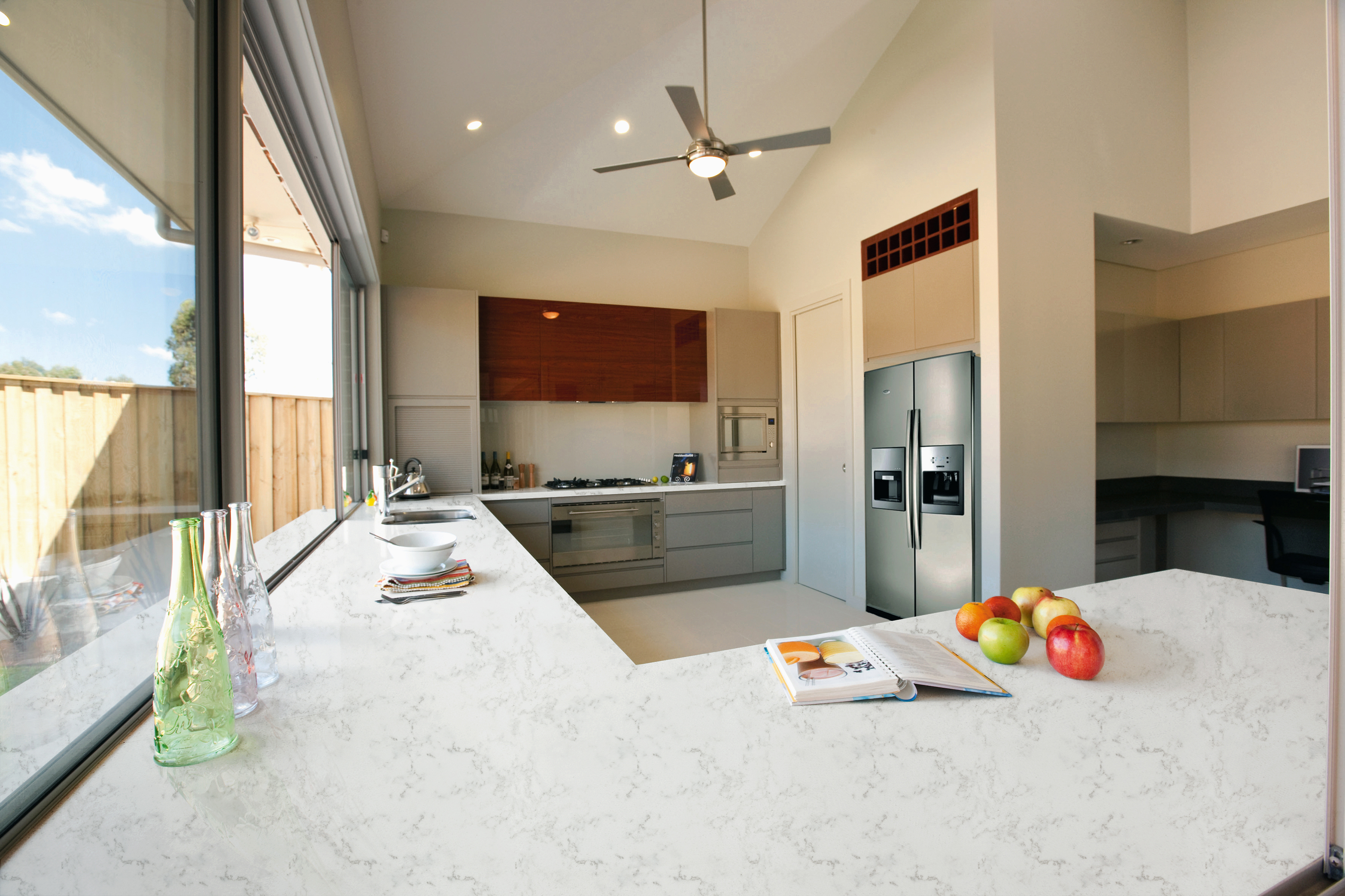 A finished quartz slab from the quartz countertop manufactuers its quality can be identified from the following four aspects
